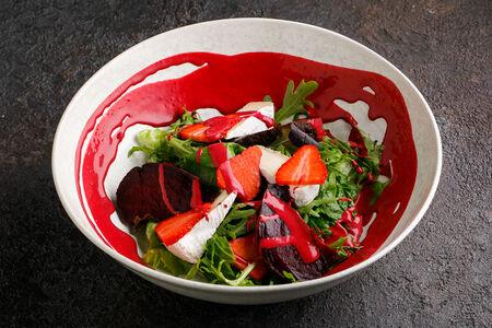 Салат с подкопченной свеклой и клубникой