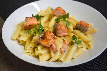 Паста с лососем в сливочном соусе с томатами