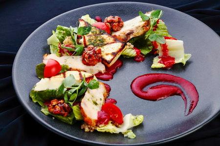 Салат с сыром гриль