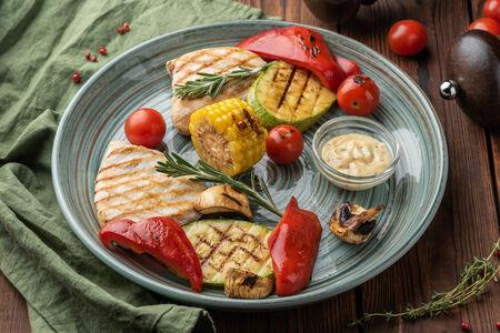 Куриная грудка с овощами гриль и медово-горчичным соусом