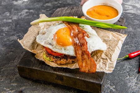 Бифштекс из мраморной говядины с печеными овощами и яйцом