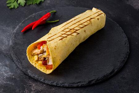 Буррито Чикен спайси в сырной тортилье