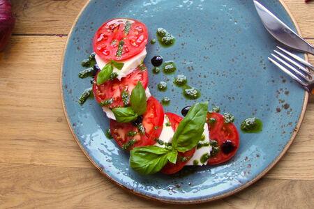 Моцарелла со свежими томатами