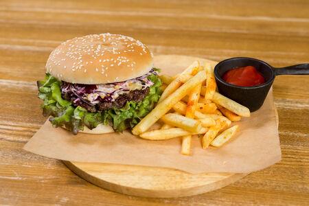 Бургер с салатом коул слоу