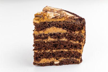 Порция торта Сникерс