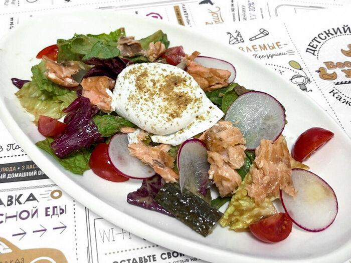 Теплый салат из копченого лосося
