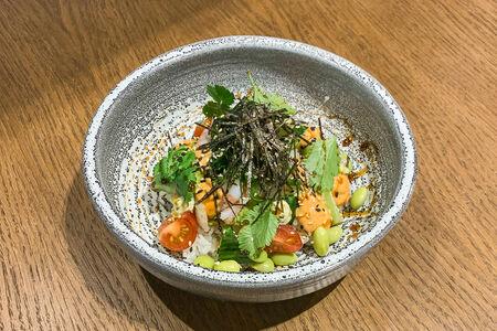 Поке с тигровыми креветками и овощами