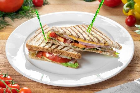 Сэндвич с ветчиной, сыром и беконом