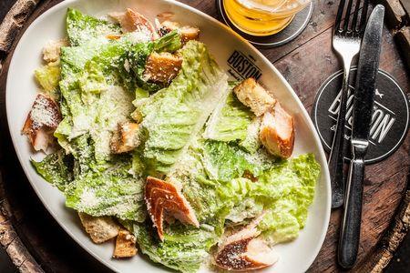 Салат Цезарь с копчёным лососем