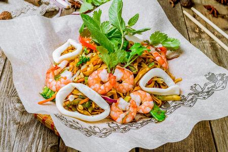 Вок с лапшой, креветками, кальмарами и овощами