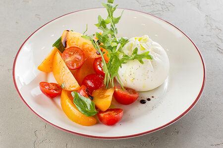 Буррата с томатами и базиликом