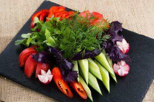Ассорти из свежих овощей и зелени