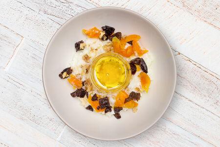 Каша с орехами, медом и сухофруктами