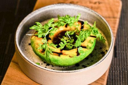 Авокадо гриль с азиатским соусом