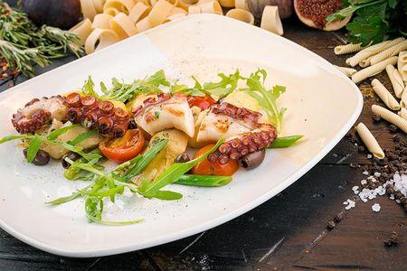 Теплый салат с щупальцами осьминога