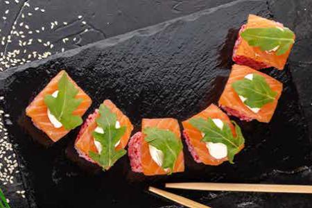 Ролл с маринованным лососем, моцареллой и рукколой