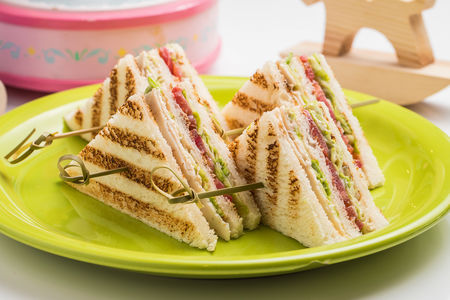 Сэндвич с куриной грудкой и свежими томатами