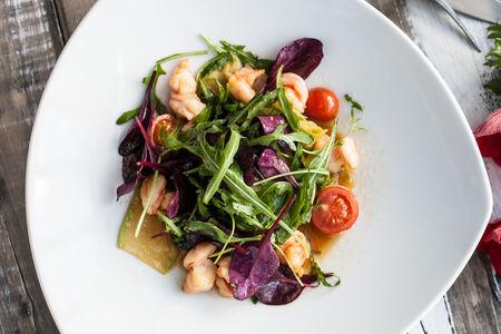 Салат из кабачков с креветками и помидорами черри
