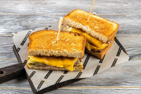 Большой сэндвич с пастрами и трюфельным айоли