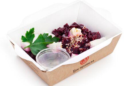 Свекольный салат с брынзой и кунжутом