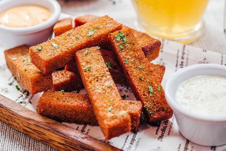 Чесночные гренки с сырным соусом