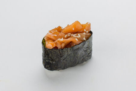 Гункана нигири с лососем