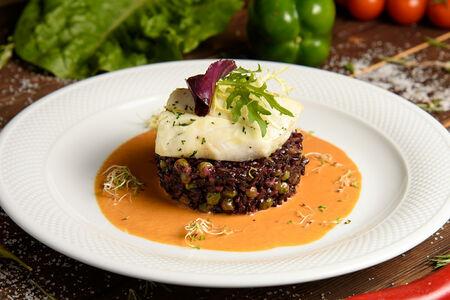 Филе трески с чёрным рисом и соусом биск