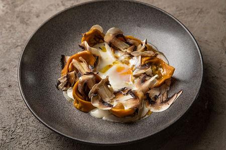 Равиоли с грибами, яйцом пашот и эспумой из пармезана