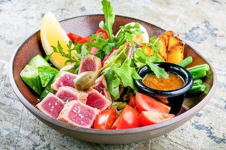 Салат со свежим тунцом, зеленой фасолью и каперсами