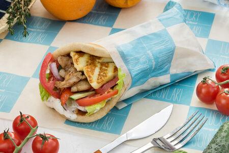 Пита с халуми, курицей и свежими овощами