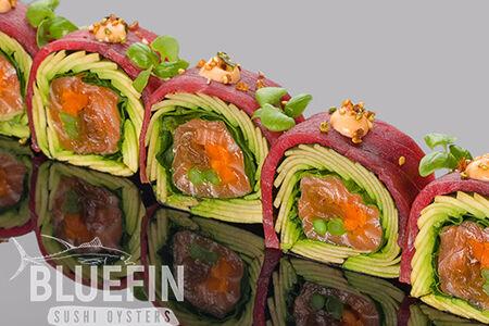 Ролл с тунцом еллоуфин, лососем и авокадо