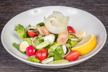Зелёный салат с тунцом и запеченными тостами