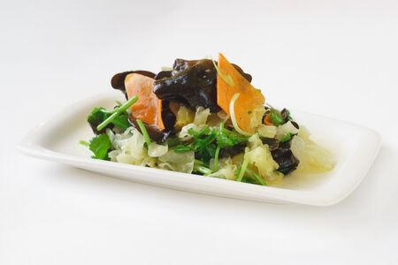 Салат из белых китайских грибов с чесночным соусом