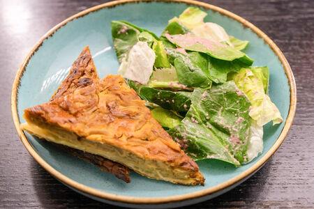Луковый пирог с зеленым салатом