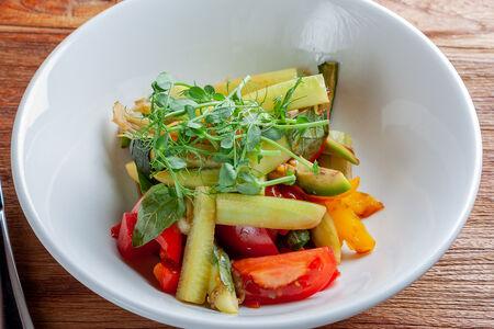 Салат из свежих и тушеных овощей