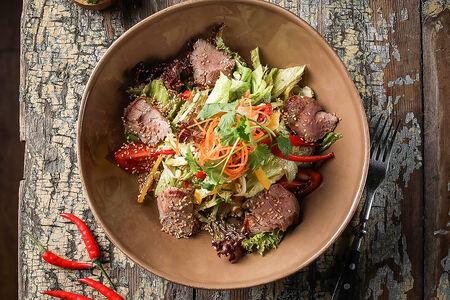 Стейк салат в азиатском стиле