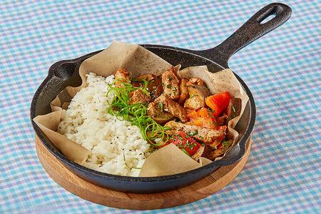 Свинина с овощами в перечном соусе и рисом