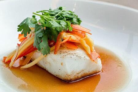 Жареный палтус с тайским салатом