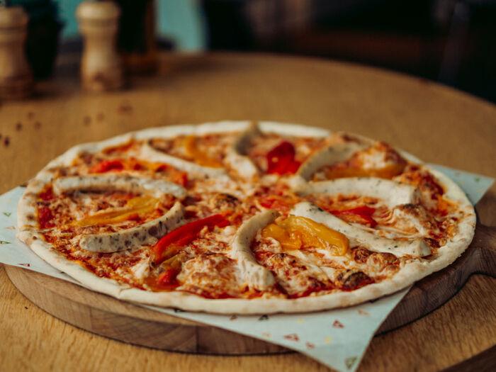 Пицца с мюнхенскими колбасками, запеченным перцем и моцареллой