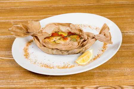 Филе лосося с овощами и травами