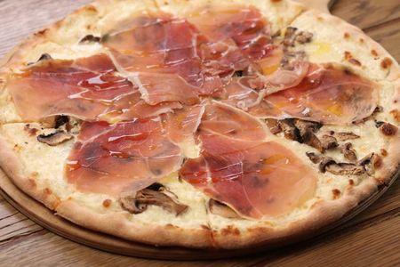 Пицца с пармской ветчиной, шампиньонами и сырным соусом