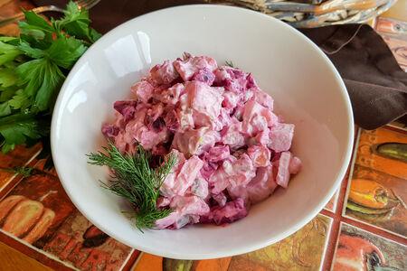 Салат с копченой свеклой и курицей