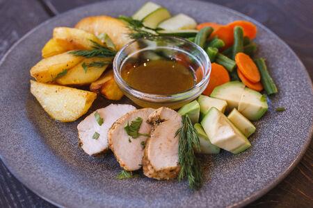 Боул с запеченной индейкой, картофелем и овощами