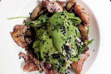 Салат с жареной перепелкой на углях