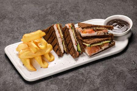 Сэндвич с куриной грудкой и свежими овощами