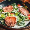 Фото к позиции меню Салат из говядины, обжаренной на гриле с кинзой и мятой