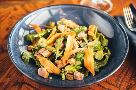 Салат с копченой курицей и грецким орехом
