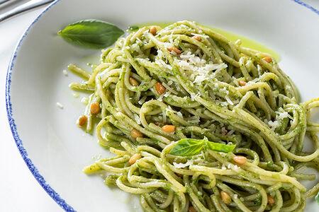 Спагетти с соусом песто, кедровыми орехами и пармезаном