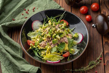 Салат с тунцом, авокадо и соусом айоли