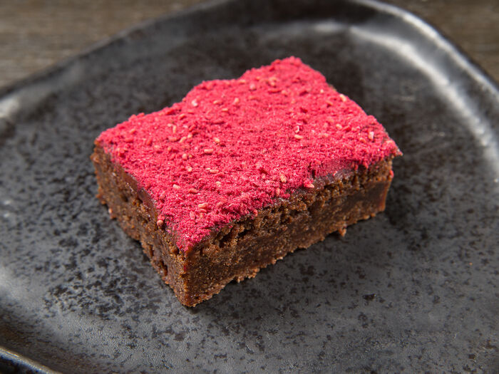 Шоколадный брауни с пряной малиной